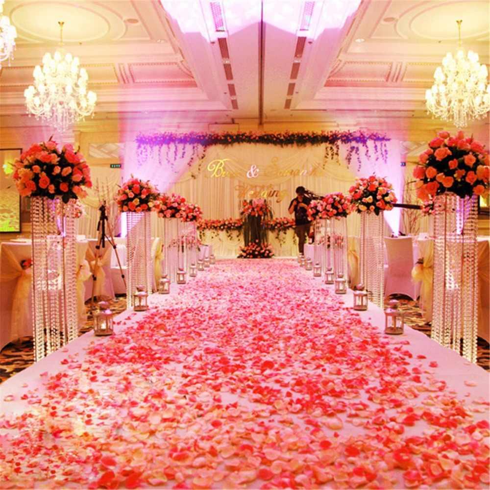 Украшение зала лепестками роз