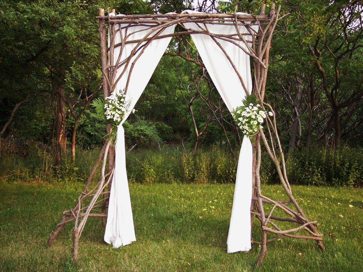 Свадебная арка из веток деревьев